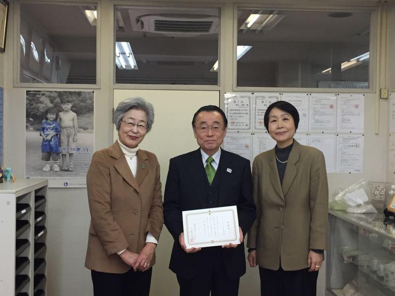 小池義和経営管理部人事総務課長と剱持副理事長、伊藤事務局長